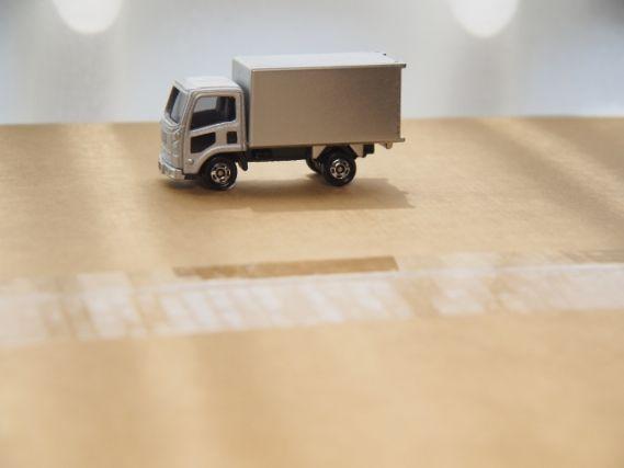 段ボールの上に乗ったトラックのミニカー