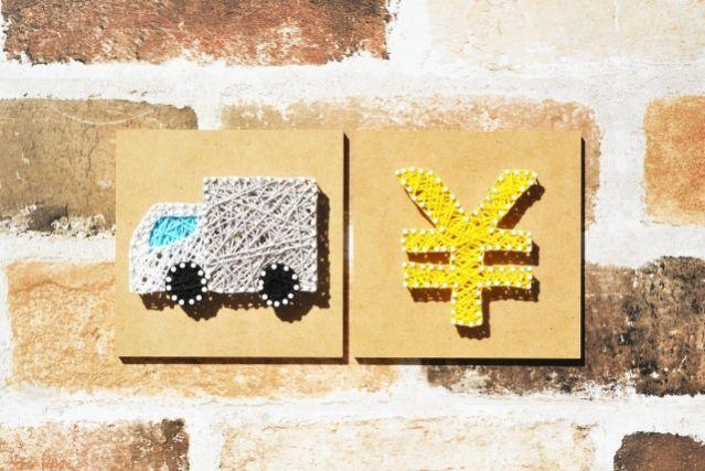 糸で作られたトラックとお金のアート