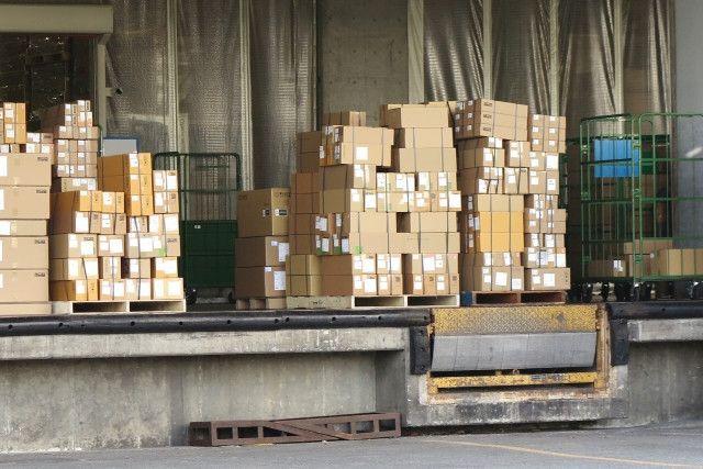 倉庫に積まれた出荷前の荷物